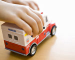 """妈妈昏倒 5岁儿打""""玩具救护车""""上号码救母"""