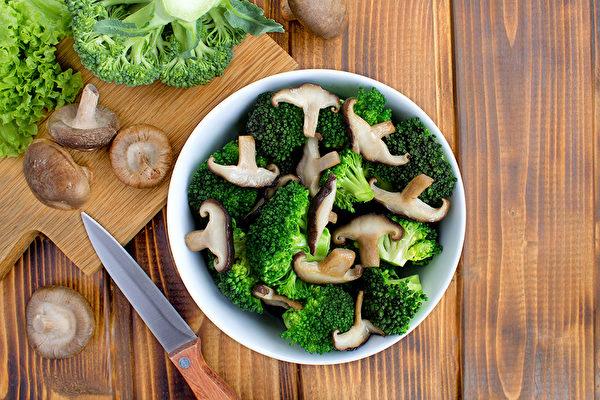 饮食中多摄取含膳食纤维的食物,有助预防乳癌。(Shutterstock)