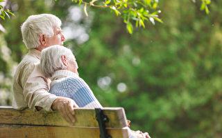 结婚80年 相差4天出生的夫妻同庆百岁生日