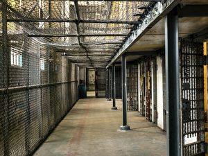 英男翻转人生 狱中苦读多年变大学讲师