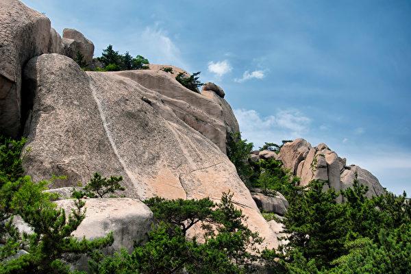 寮国和尚不用绳索打赤脚走上峭壁 游客傻眼