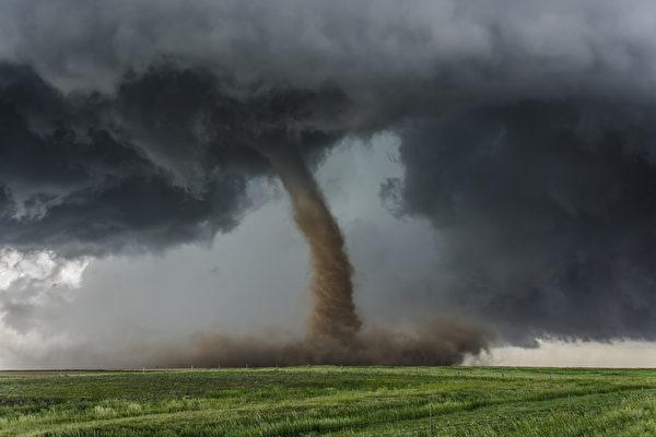 龙卷风袭击内蒙古 瞬间天黑 上百蒙古包倒塌