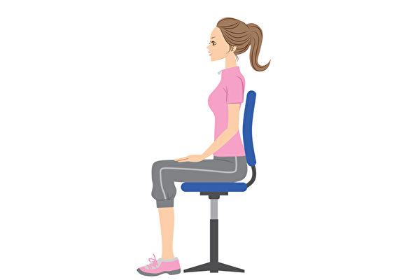 養成良好的姿勢,能避免對膝蓋等身體特定部位造成負擔。(Shutterstock)