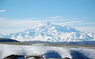 俄無腿男只靠雙手前進 登上5642米高峰