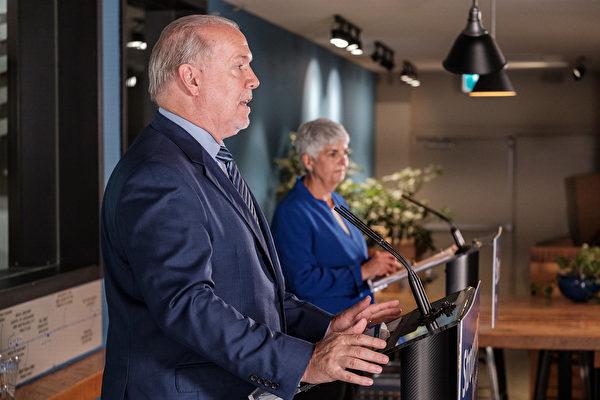 图: 9月17日(周四),卑诗省长贺谨(John Horgan)和财政厅长詹嘉路(Carole James)宣布了省政府15亿加元的经济复苏计划。(省府图片)