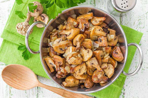 【省时家常菜】蘑菇炒洋葱 鲜甜多汁有嚼劲