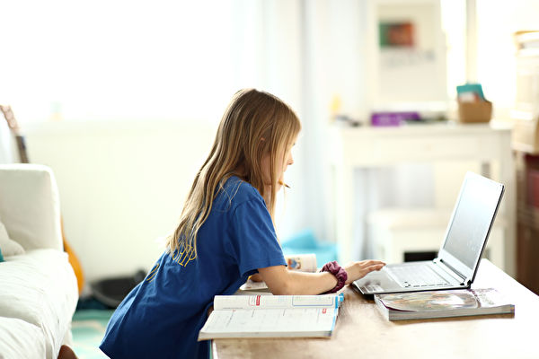 调查显示 远程学习影响孩子心理健康