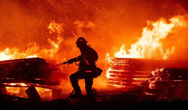 加州5县进紧急状态 南加火灾因烟火引发