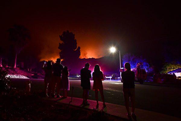 野火恶化 撤离居民续住旅馆