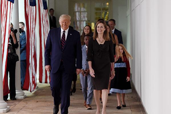巴雷特携家人前往白宫 准备接受提名