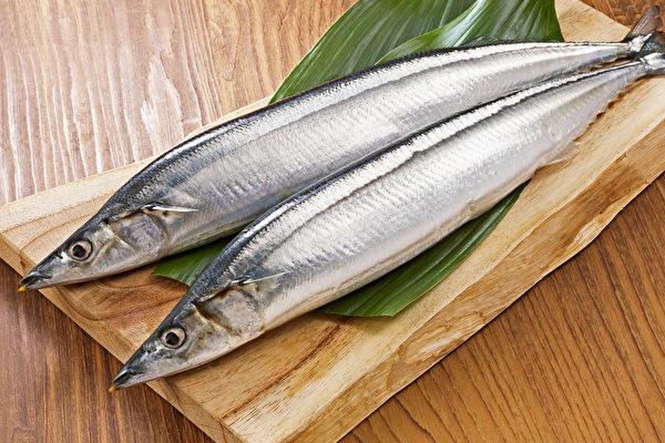 秋刀魚等青背魚富含不飽和脂肪酸DHA和EPA,有助防失智和心血管疾病。(Shutterstock)