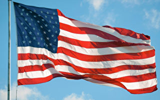 美巡逻女警拾起地上国旗 善举视频迅速走红
