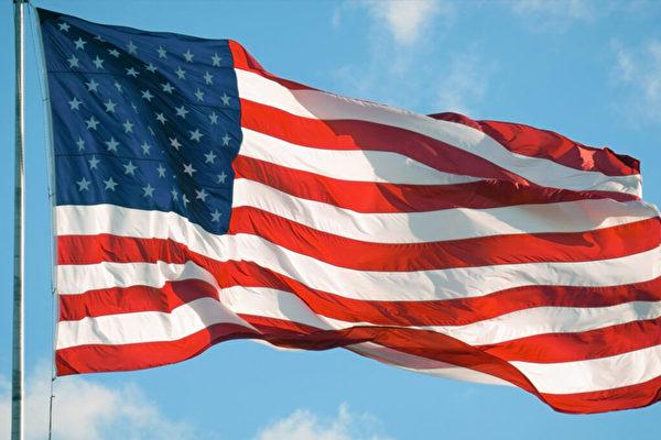 美巡邏女警拾起地上國旗 善舉視頻迅速走紅