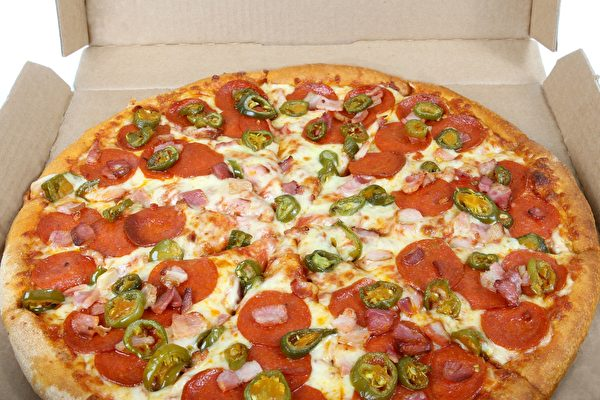 斯里兰卡新婚夫妇送披萨 游民:这怎么吃?