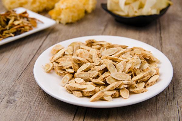 黄耆是补药之长, 又有平民之风(价格便宜),为药食同源之品。(Shutterstock)