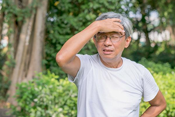 慢性淋巴细胞白血病症状和老化很像,疲倦乏力、盗汗、体重下降要注意。(Shutterstock)
