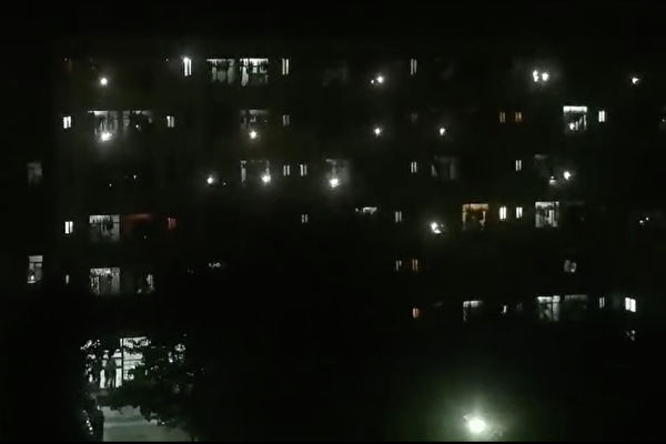 【一线采访】不满封校 西安大学生集体呐喊