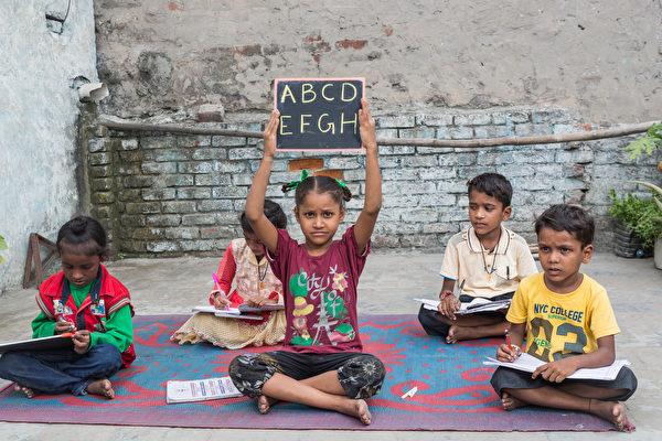 印度老人在树下教孩子读书75年 分文不取