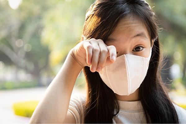 孩子眼皮红肿,是什么原因引起的、如何处理?(Shutterstock)