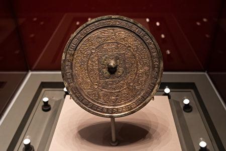 中国古代神奇的透光镜 会呈现背面图案