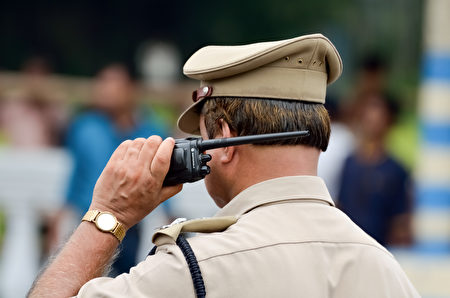 每天上班前为贫民小孩上课 印度警察获赞