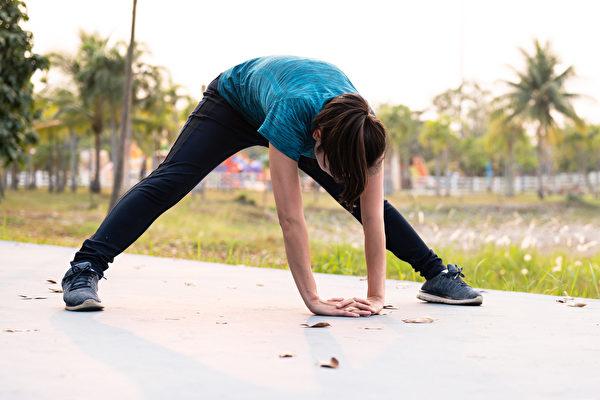 伸展運動可以增加身體柔軟度、調節自律神經,有許多好處。(Shutterstock)