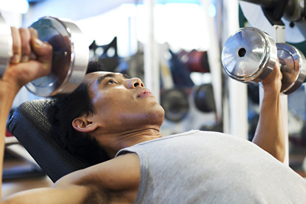 新手进行重量训练,如何选择合适的重训项目?(Shutterstock)