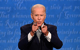 大选辩论 视频显示拜登疑似配戴神秘线
