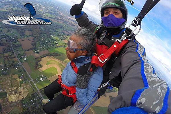 夢想成真 美102歲二戰女兵挑戰高空跳傘