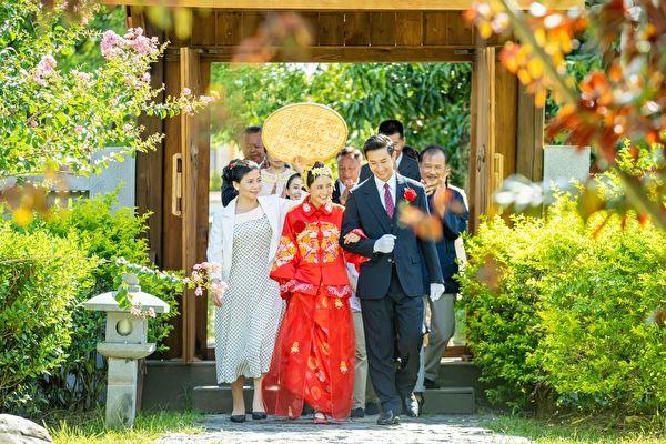 大元拍戲穿中式婚紗 大熱天自嘲像裹棉被在身