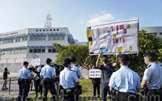 组图:被送中12港人家属到飞行服务队抗议