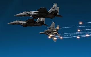 """不惧坏天气 美F-15E拟装""""暴风之锤""""炸弹"""