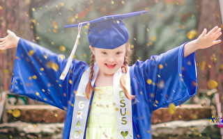 美国唐氏症女幼儿园毕业 母亲拍超感人照片