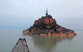 组图:潮水淹没桥梁 法国圣米歇尔山再成孤岛