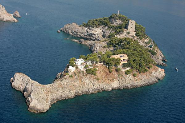 大自然鬼斧神工 意大利岛屿形如跃起的海豚