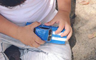 美5岁男童护母 扔玩具车吓阻4名持枪歹徒