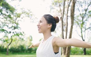 維持端正的姿勢,可保護脊椎,預防從頭到腳一身疾病。(Shutterstock)