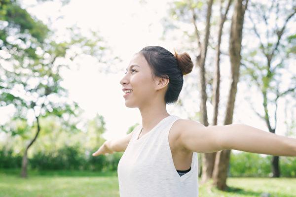 维持端正的姿势,可保护脊椎,预防从头到脚一身疾病。(Shutterstock)