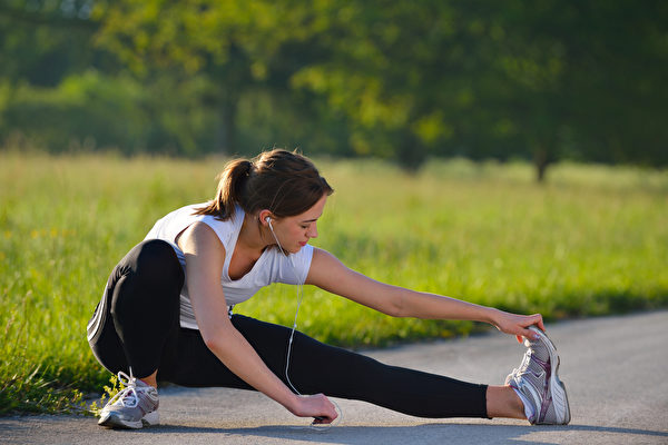 早晨太陽下運動或運動完洗熱水澡,疏通淋巴效果更好。(Shutterstock)