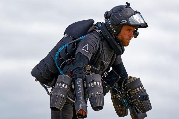 英国研制喷气飞行装备 打造急诊飞行医生