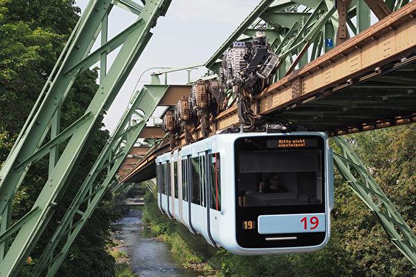 """百年前珍贵画面:德国""""会飞行的火车"""""""