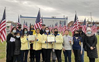 坚忍无畏 大陆法轮功学员纽约荣获英雄国旗