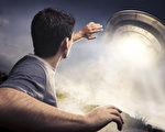 英男声称被外星人绑架 在太空船上遇到歌星