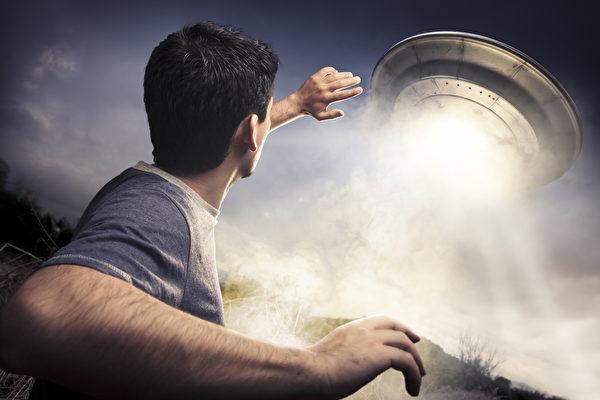 英男聲稱被外星人綁架 在太空船上遇到歌星