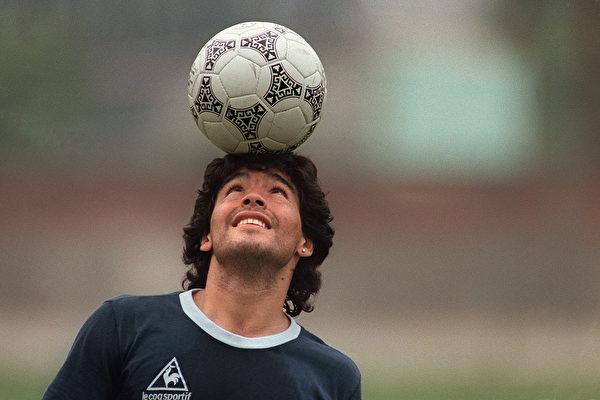 傳奇足球明星迭戈·馬拉多納(Diego Maradona)因為心臟病而突然離世,心肌梗塞和心臟驟停發生後,如何急救?(JORGE DURAN/AFP via Getty Images)