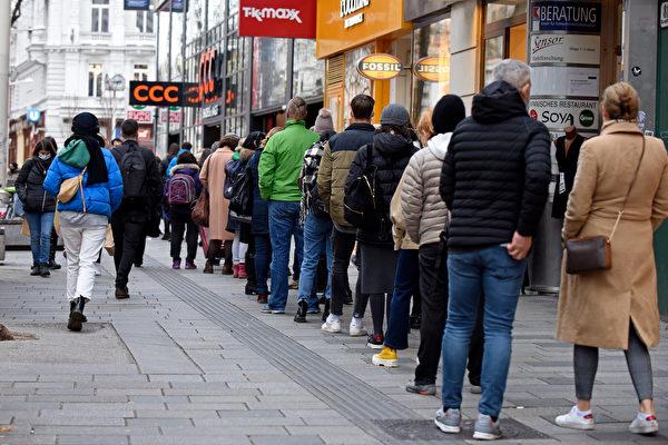 组图:奥地利再度封锁全国前 民众上街购物