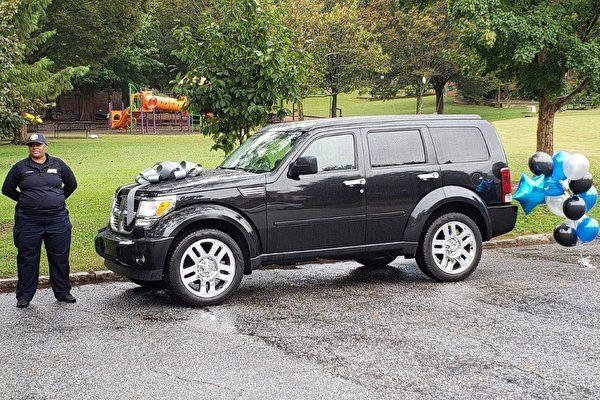 美国女警送自家SUV给逃离家暴的五孩妈妈