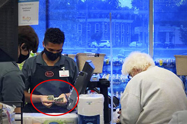 美国老人买东西钱不够 18岁超市员工帮付款