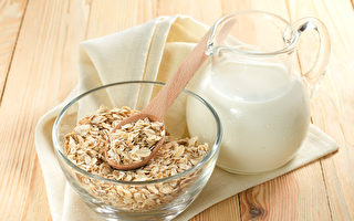 每天喝一杯牛奶燕麥,能攝取完整的維生素B群。(Shutterstock)