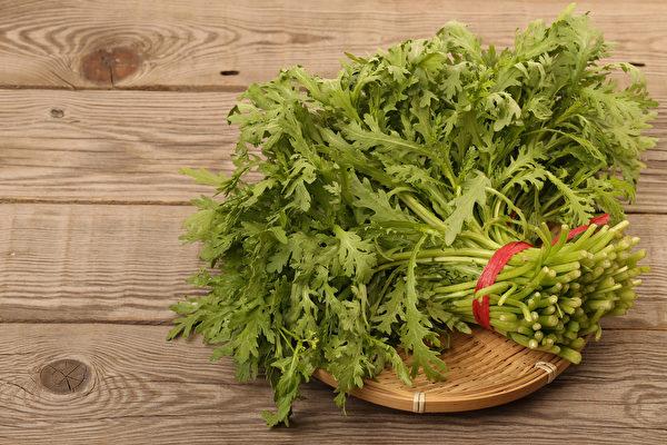 茼蒿是火鍋、鹹湯圓的配料,富含膳食纖維、維生素A和鉀,對人體有3大好處。(Shutterstock)